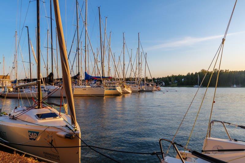 Alandeilanden, Finland - Juli 12, 2019 - Weergeven van de dijk met jachten op de Aland-Eilanden Kust van de Oostzee royalty-vrije stock foto