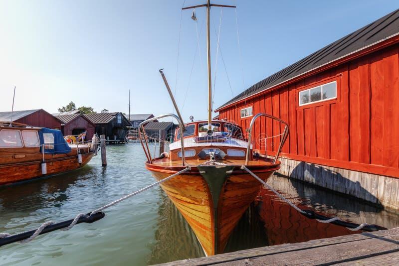 Alandeilanden, Finland - Juli 12, 2019 - Weergeven van de dijk met jachten op de Aland-Eilanden Kust van de Oostzee stock afbeeldingen