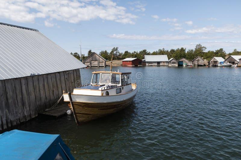 Alandeilanden, Finland - Juli 12, 2019 - Weergeven van de dijk met jachten op de Aland-Eilanden Kust van de Oostzee stock afbeelding