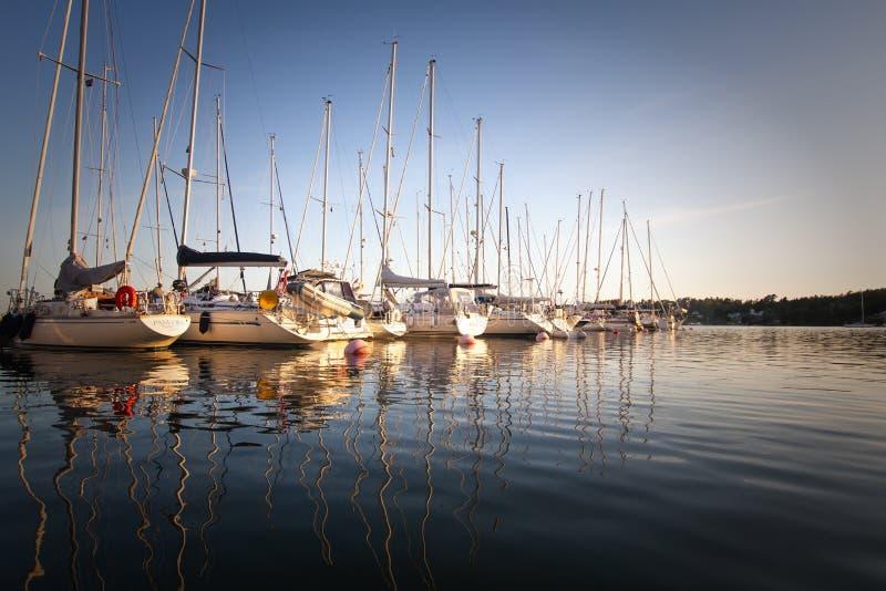 Alandeilanden, Finland - Juli 12, 2019 - Weergeven van de dijk met jachten op de Aland-Eilanden Kust van de Oostzee royalty-vrije stock foto's