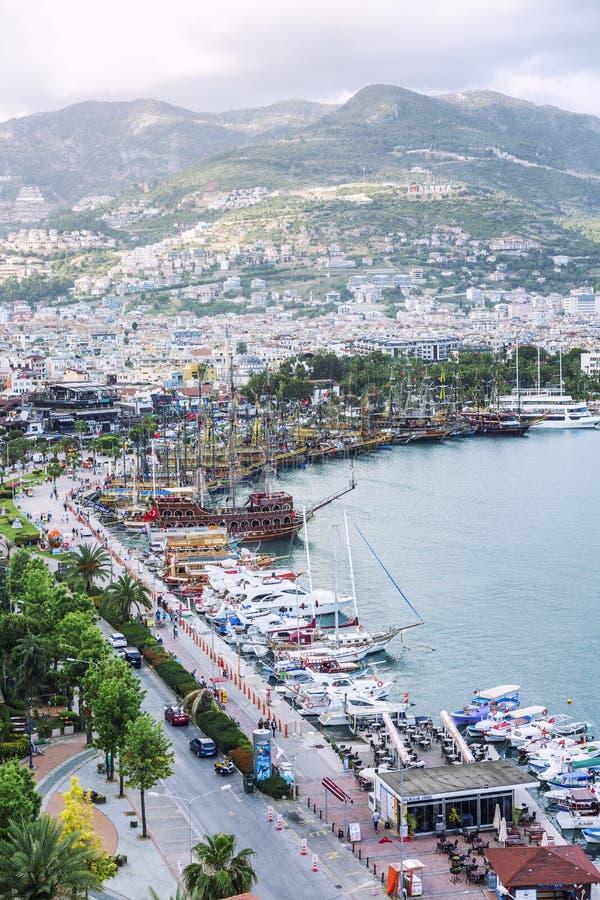 Alanya, die Türkei, 05/07/2019: Draufsicht des Dammes und der Stadt Schöne Landschaft des Erholungsortes in den Bergen stockbild