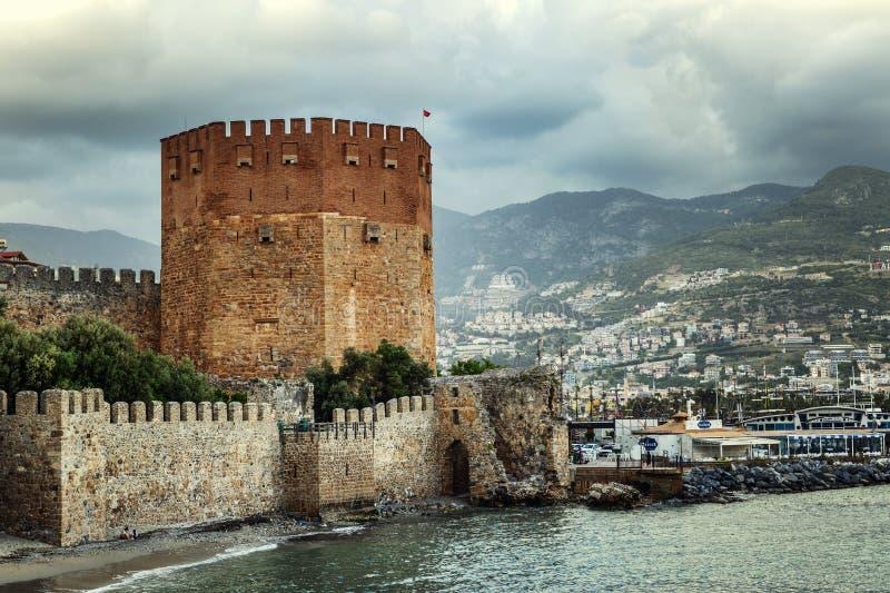 Alanya, die Türkei, 05/07/2019: Die Festung in der Stadt durch das Meer Sch?ne Landschaft stockfotografie