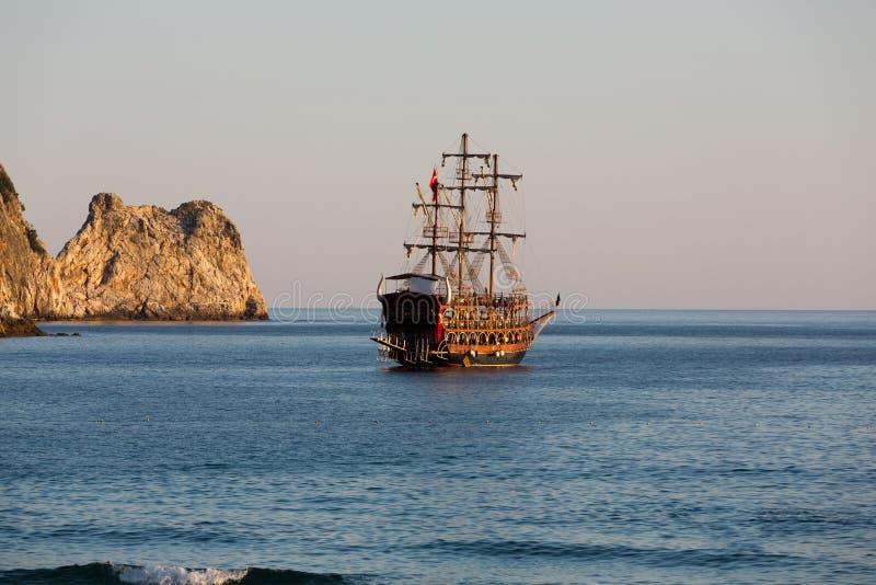 Alanya - le bateau de pirate à la plage de Cléopâtre image stock