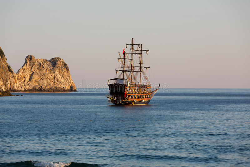 Alanya - o navio de pirata na praia de Cleopatra imagem de stock
