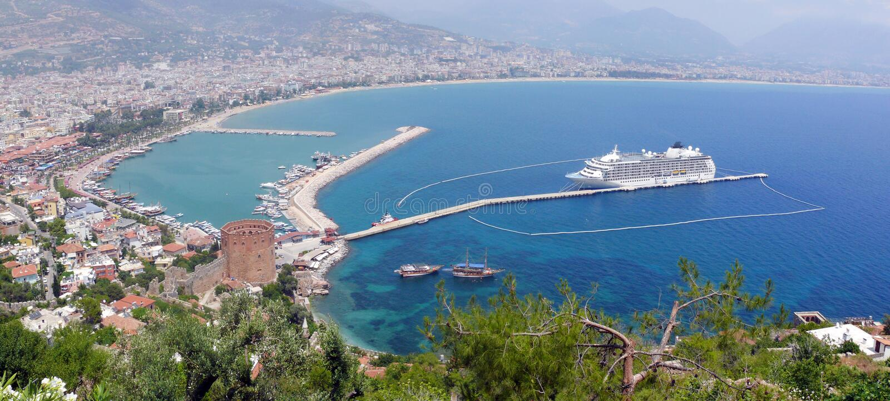 Alanya - roter Kontrollturm und Hafen stockbilder