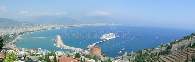 Alanya - roter Kontrollturm und Hafen lizenzfreie stockfotos