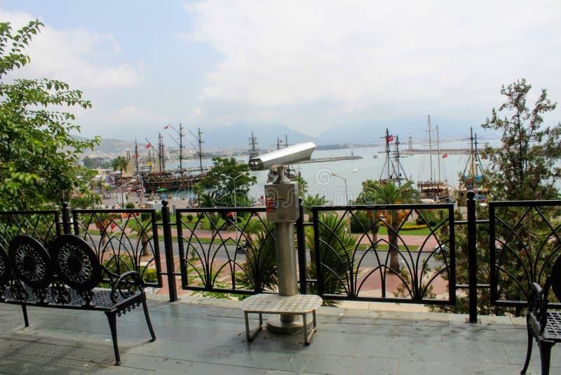 Alanya, Turchia, luglio 2017: telescopio pagato per una panoramica del porto della città immagine stock