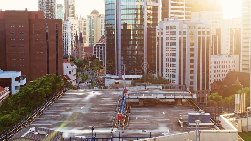 Alargamento de Sun em um parque de estacionamento vazio foto de stock royalty free