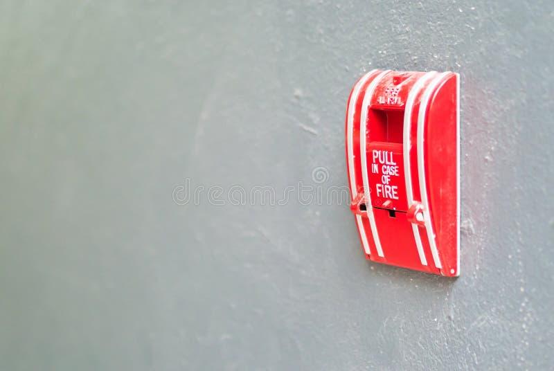 Alarma de incendio cerca del fuego de la puerta fotos de archivo