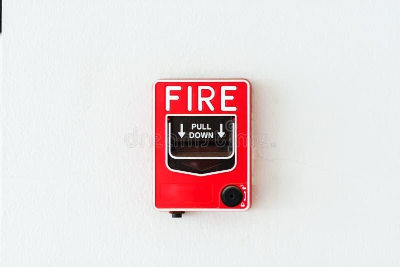 Alarma de incendio cerca del fuego de la puerta imagen de archivo