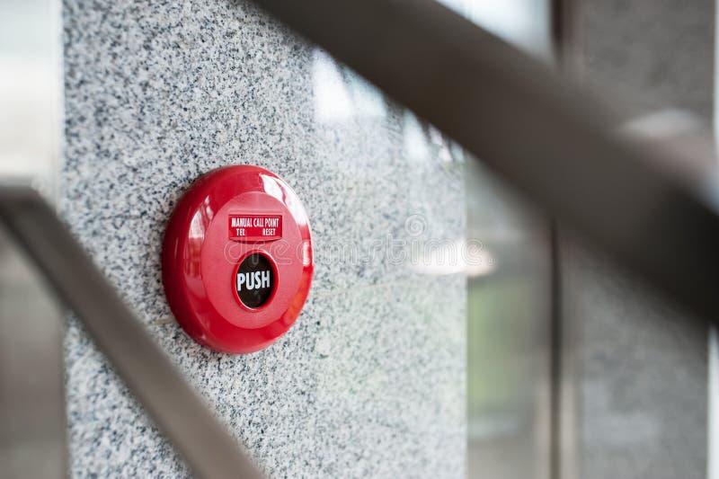 Alarma de incendio cerca del fuego de la puerta fotografía de archivo