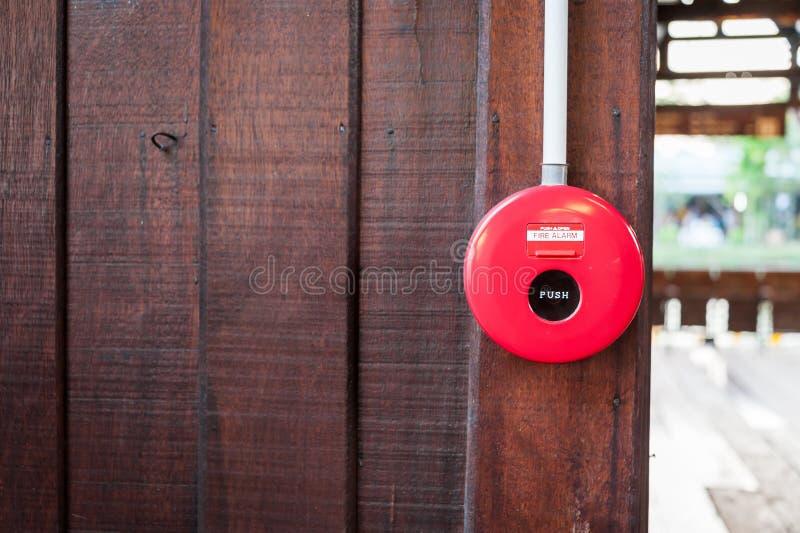 Alarma de incendio cerca del fuego de la puerta fotos de archivo libres de regalías