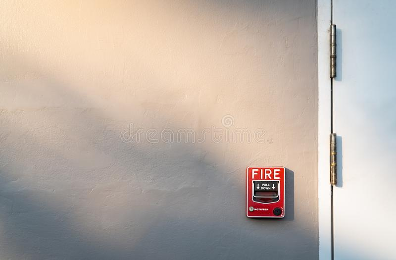 Alarma de incendio en el muro de cemento gris oscuro Cuidado y sistema de seguridad Equipo de emergencia para la alarma de la seg foto de archivo