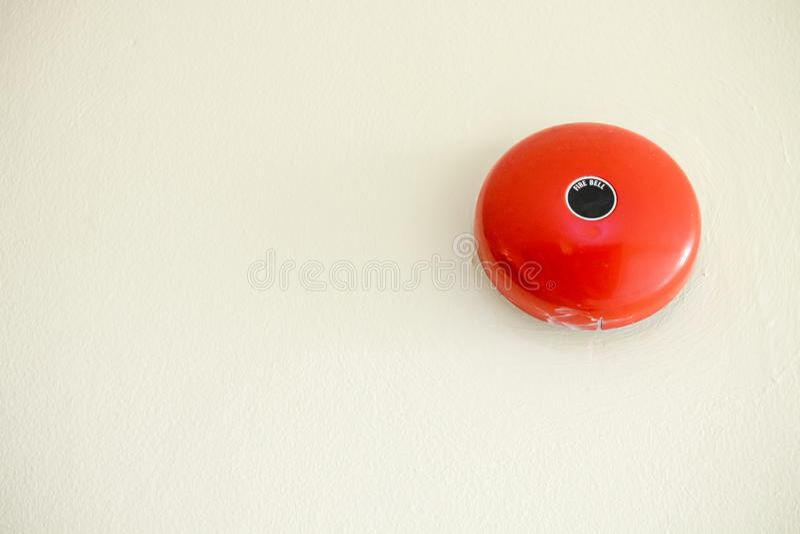 alarma de incendio en la pared blanca en el lugar del condominio seguridad estándar en el residente imágenes de archivo libres de regalías