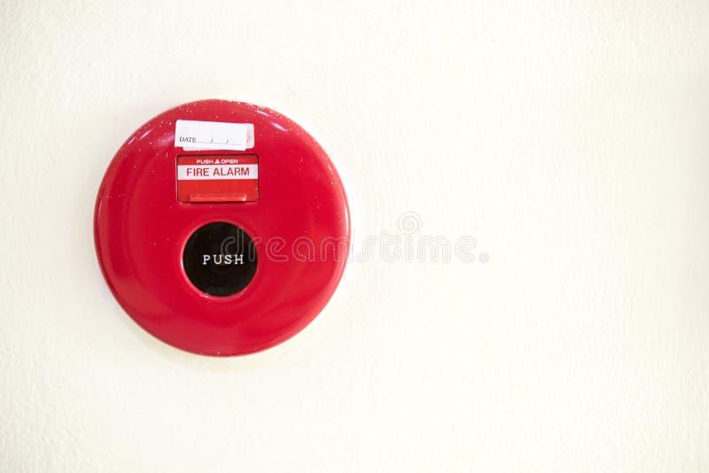 alarma de incendio en la pared blanca en el lugar del condominio seguridad estándar en el residente imagenes de archivo