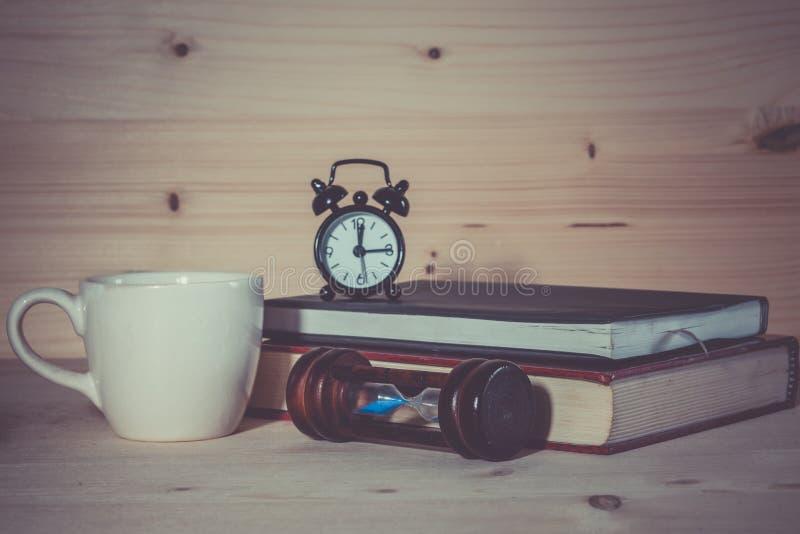 Alarma del reloj de arena del reloj de la taza de café foto de archivo