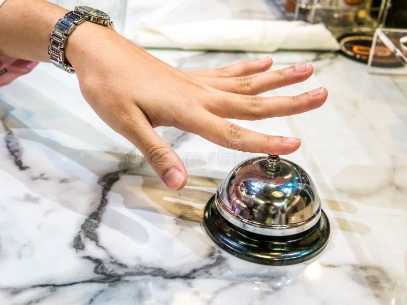 Alarmbel in restaurantwijnoogst met het graniet van de achtergrond handdienst luxe royalty-vrije stock afbeeldingen