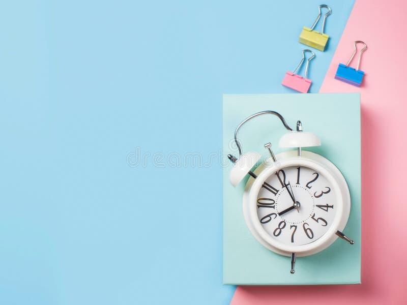 Alarme com fontes no fundo do bloco da cor Minimalismo pastel fotografia de stock royalty free