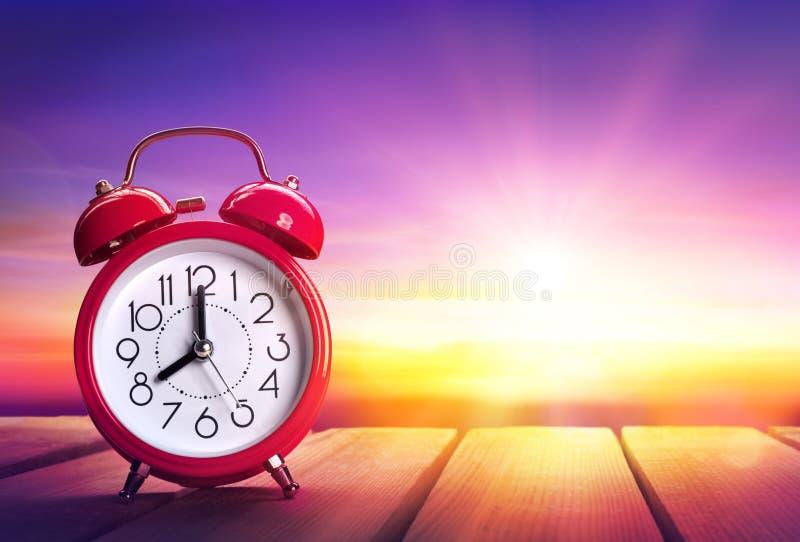 Alarme d'horloge au lever de soleil - se réveillant image libre de droits