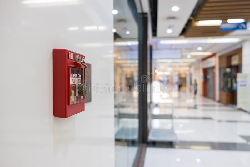 Alarme de incêndio na parede do aviso do shopping e do sistema da segurança imagens de stock