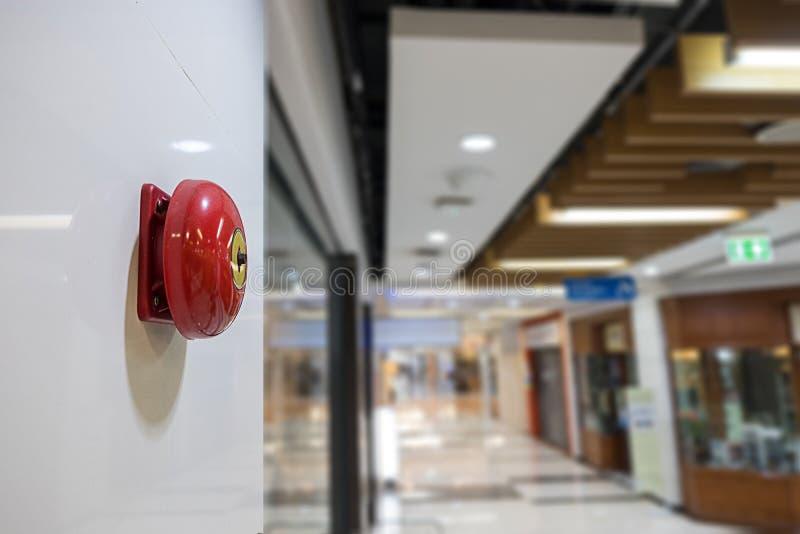 Alarme de incêndio na parede do aviso do shopping e do sistema da segurança foto de stock royalty free