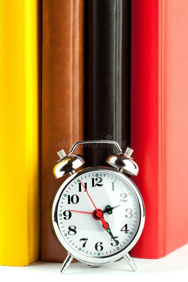 alarmet books den färgglada klockan fotografering för bildbyråer