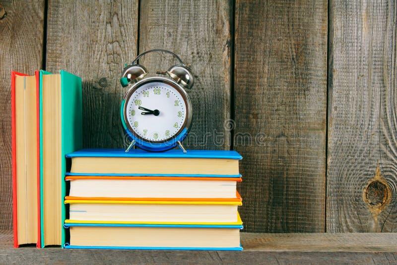 alarmet books klockan royaltyfri foto