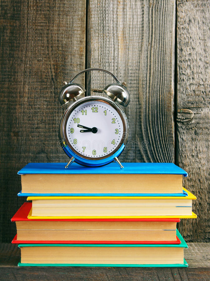 alarmet books klockan fotografering för bildbyråer