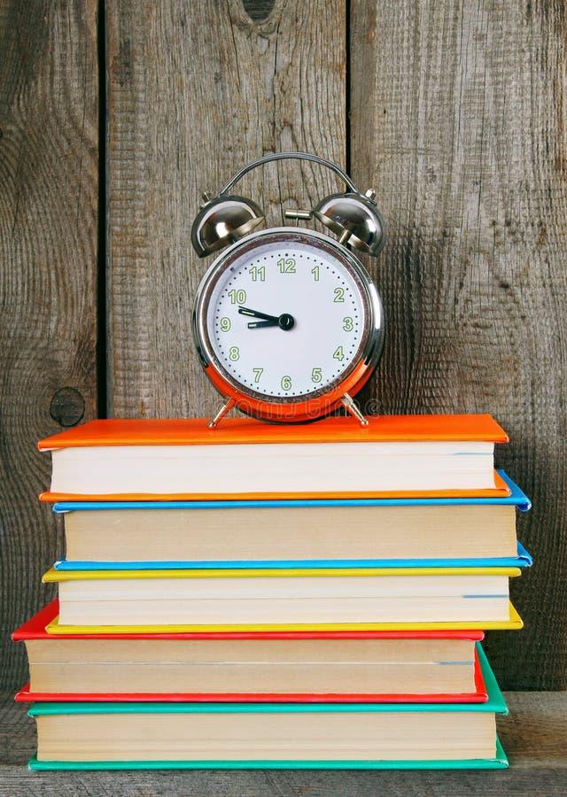 alarmet books klockan royaltyfri fotografi