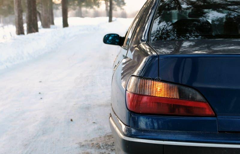 Alarmieren Sie Blitze auf der linken Seite des Fahrzeugs im Winterpark Hintere Ansicht von der Seite lizenzfreie stockfotografie