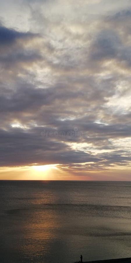Alarmierender Hintergrund Herbstsonnenuntergangmeerblick Wolken, Meer und untergehende Sonne lizenzfreies stockbild