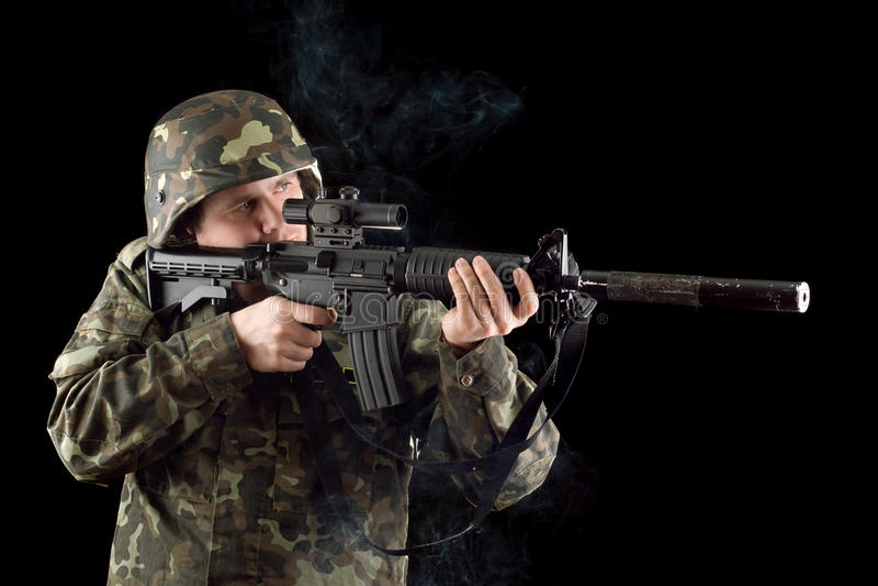 Alarmierter Soldat, der einen schlagenden Beweis hält lizenzfreies stockfoto