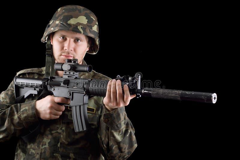 Alarmierter Soldat, der m16 hält stockbild