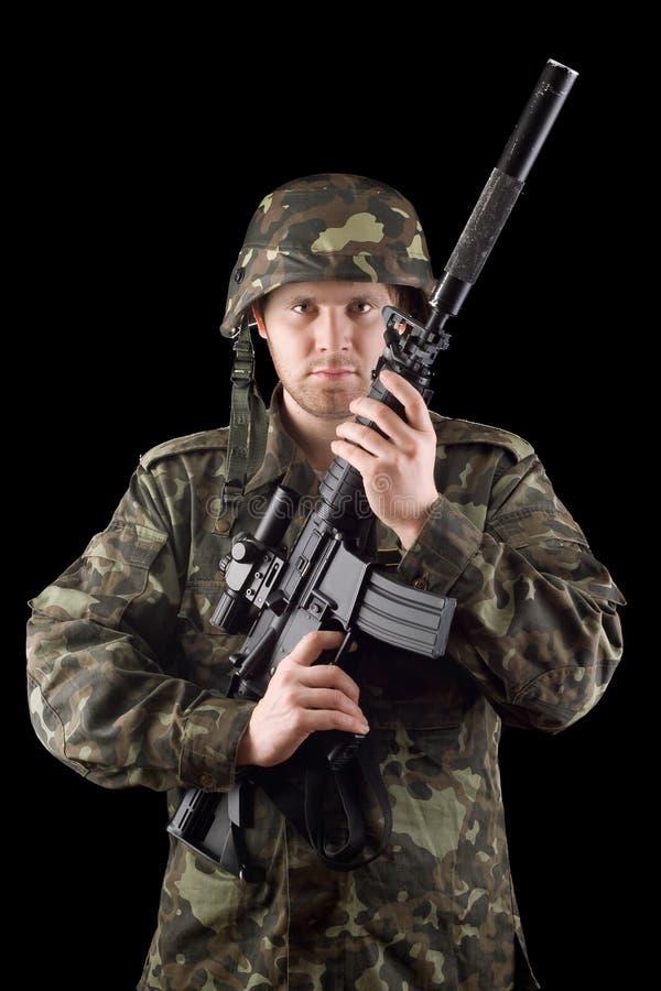 Alarmiertes Soldat angehobenes m16 im Studio lizenzfreie stockbilder