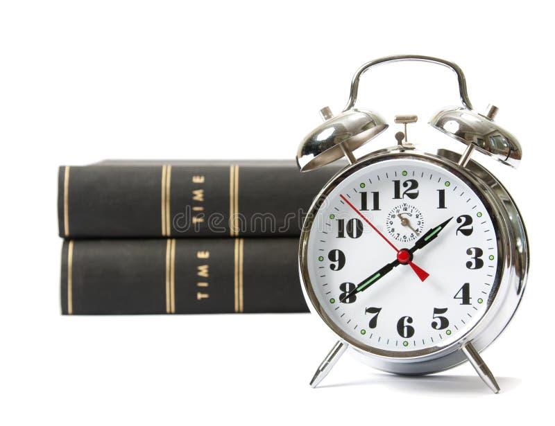 Alarmuhr mit Büchern stockfotos