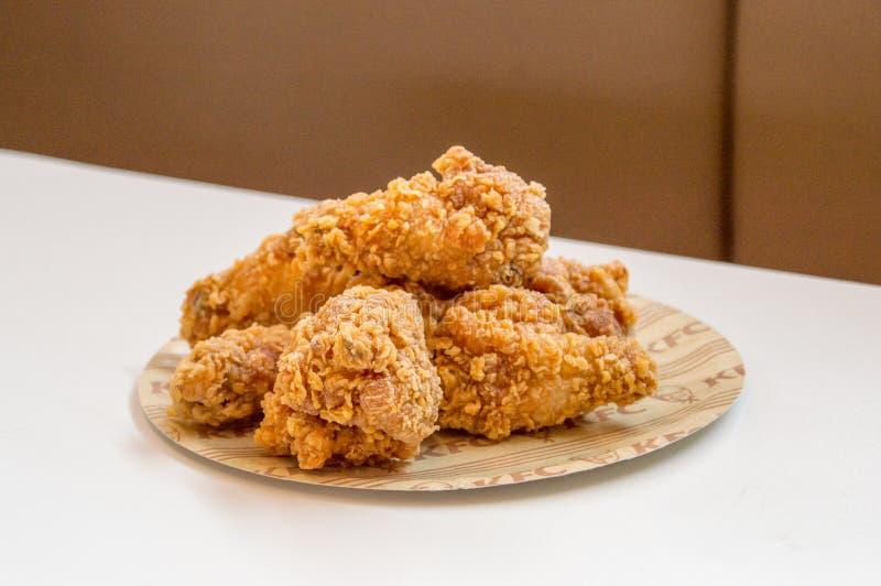 Alas calientes del pollo frito de los alimentos de preparación rápida de KFC Kentucky Fried Chicken imagenes de archivo