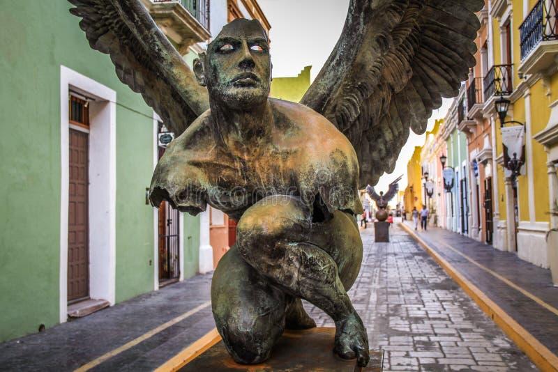 Alas de la ciudad de Jorge MarÃn, objeto expuesto de escultura en las calles de Campeche, Campeche, México foto de archivo