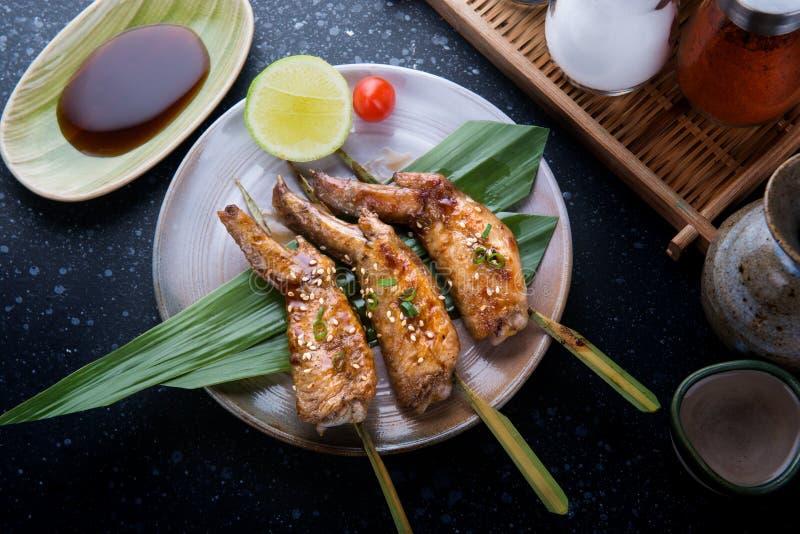Alas de pollo asadas a la parrilla con la salsa del teriyaki imágenes de archivo libres de regalías