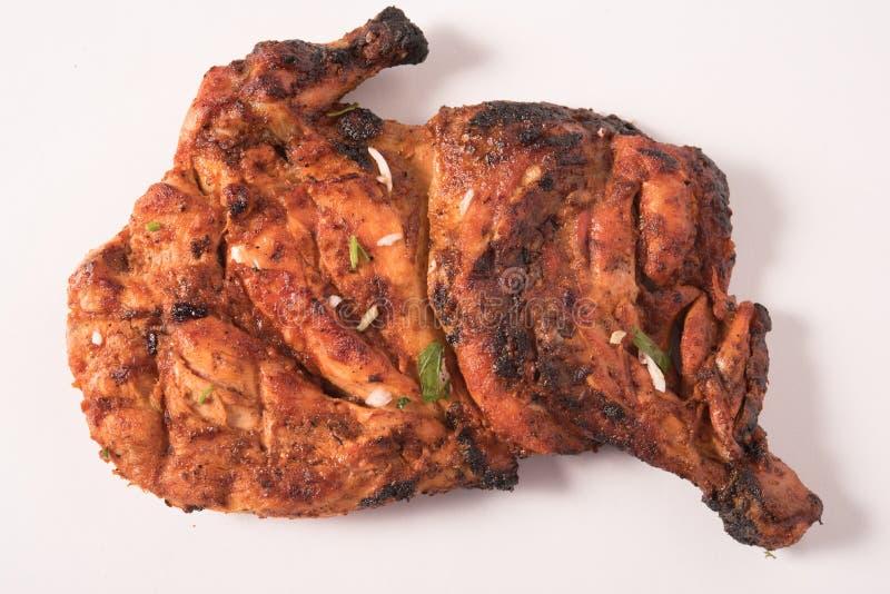 Alas de pollo asadas a la parrilla en el fondo blanco imagenes de archivo