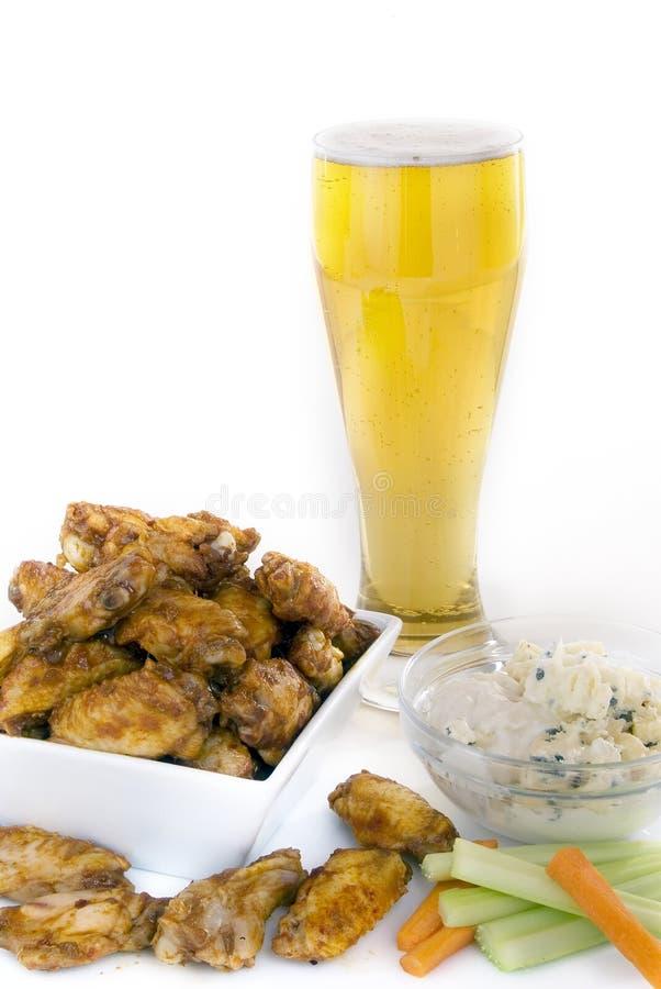 Alas de pollo cerveza y condimentos foto de archivo libre de regalías