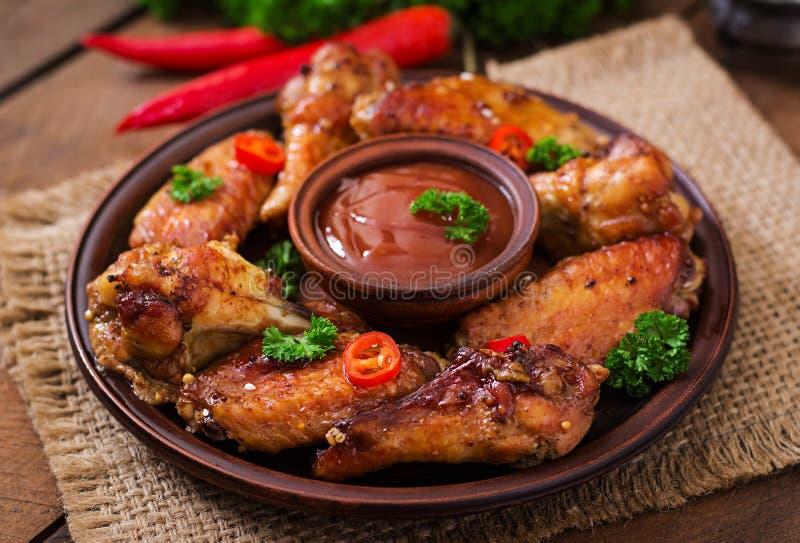 alas de pollo cocidas Amargo-dulces fotografía de archivo libre de regalías