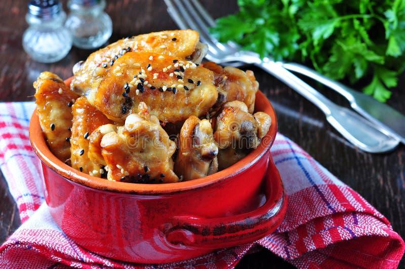 Alas de pollo cocidas en salsa de soja con las semillas de sésamo imagenes de archivo