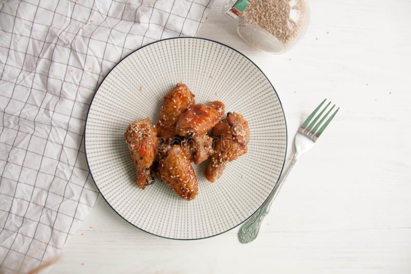 Alas de pollo con las semillas de sésamo imagen de archivo