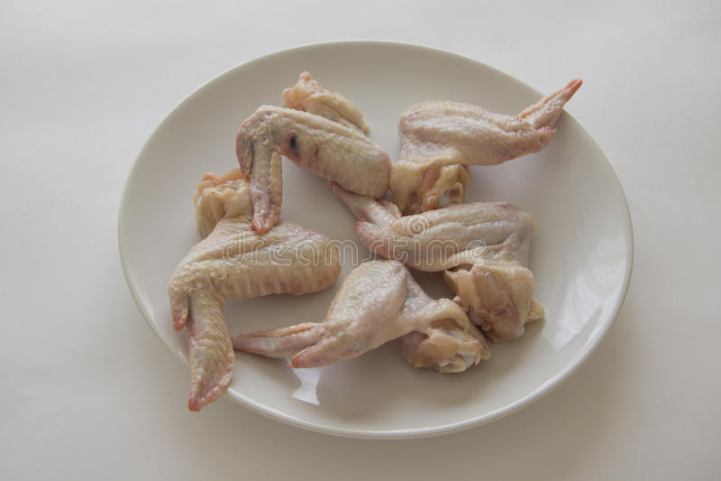 Alas de pollo crudas solamente fotos de archivo libres de regalías