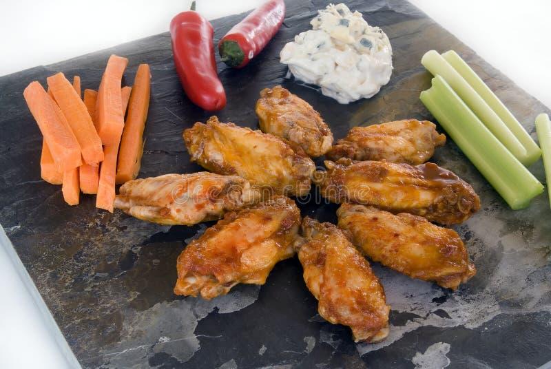 Alas de pollo y condimentos foto de archivo libre de regalías