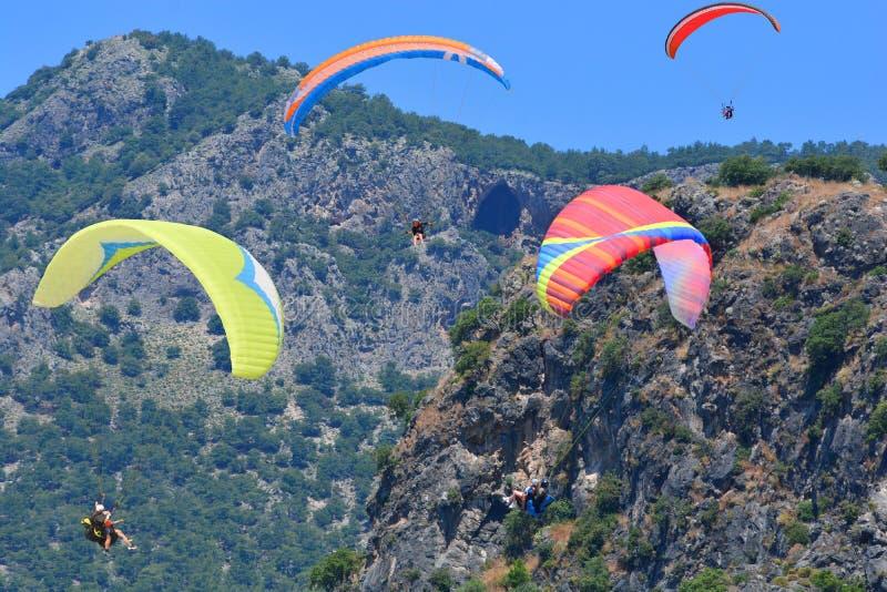 Alas flexibles en un fondo del cielo azul y de las montañas foto de archivo