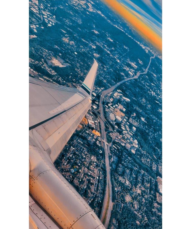 Alas planas con el centro de la ciudad de Seattle abajo foto de archivo