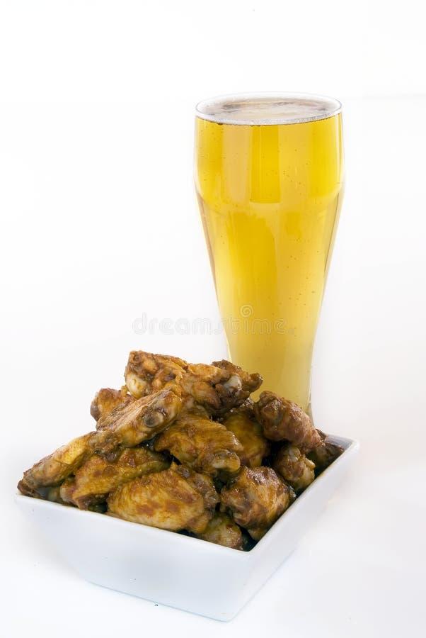 Alas y cerveza de pollo foto de archivo libre de regalías