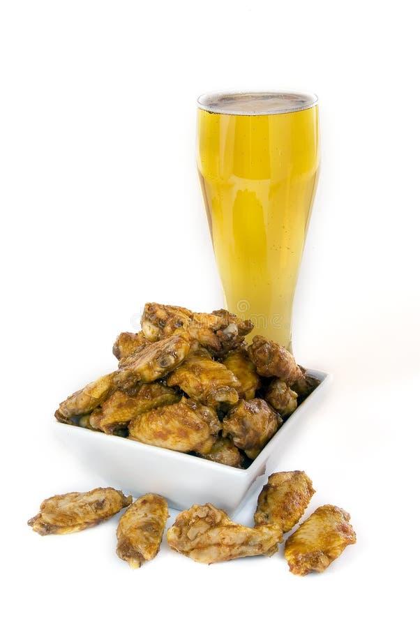 Alas y cerveza de pollo fotografía de archivo libre de regalías