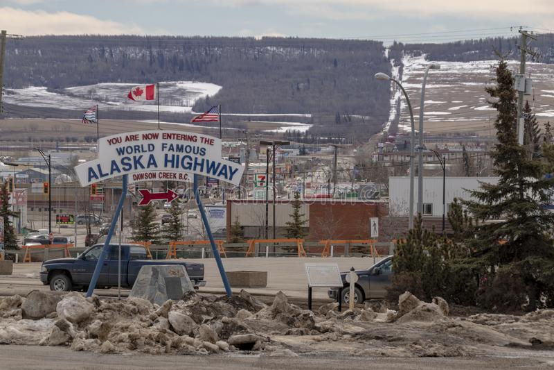Alaska autostrada zaczyna miejsce w Dawson zatoczce obraz stock